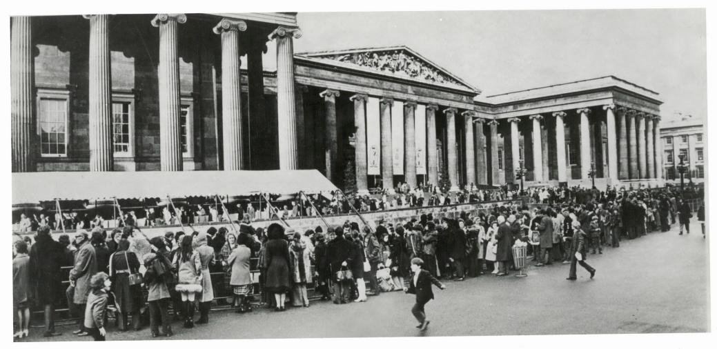 The queue outside the Museum for the 1972 exhibition Treasures of Tutankhamun.