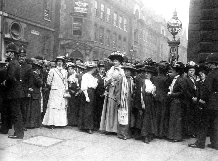 Members of the WSPU outside the  rush trial  of Emmeline Pankhurst 3ae553272