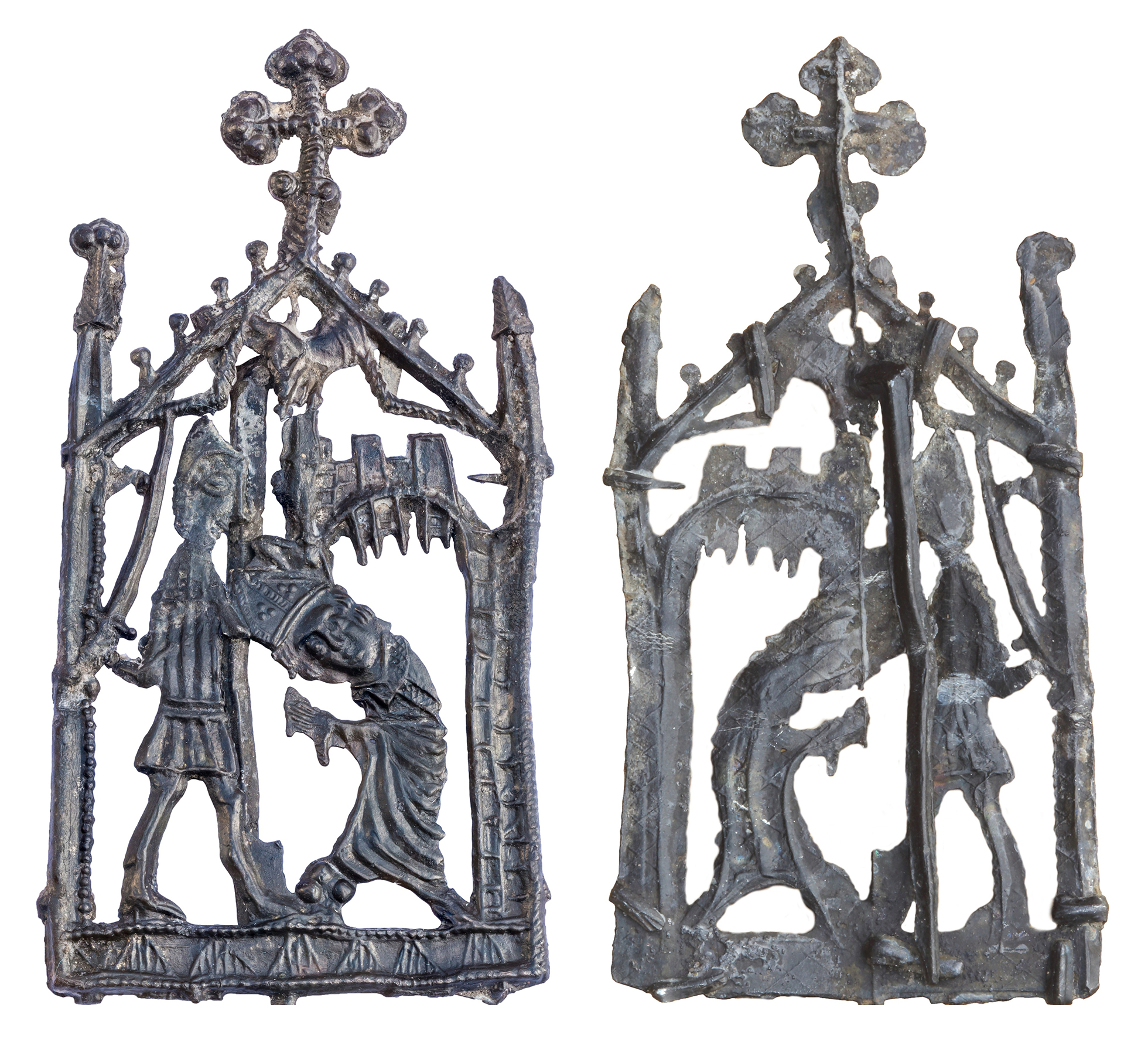 The front and back of a pilgrim badge showing the assassination of Saint Thomas Becket.