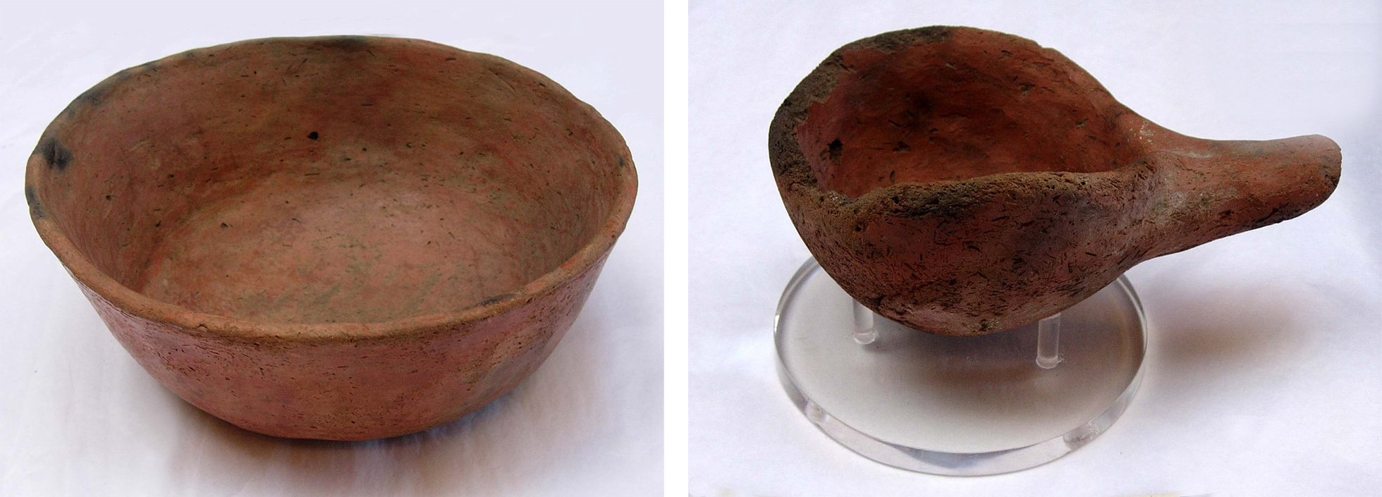 Two photographs of utilitarian medieval Nubian tableware. On the left there is a photograph of a large communal bowl, on the left a serving ladle. They are a reddish-brown colour and made of dense mud.