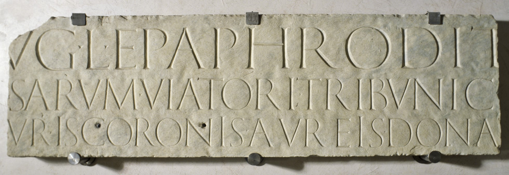 Cream coloured plaque with an inscription in Latin.
